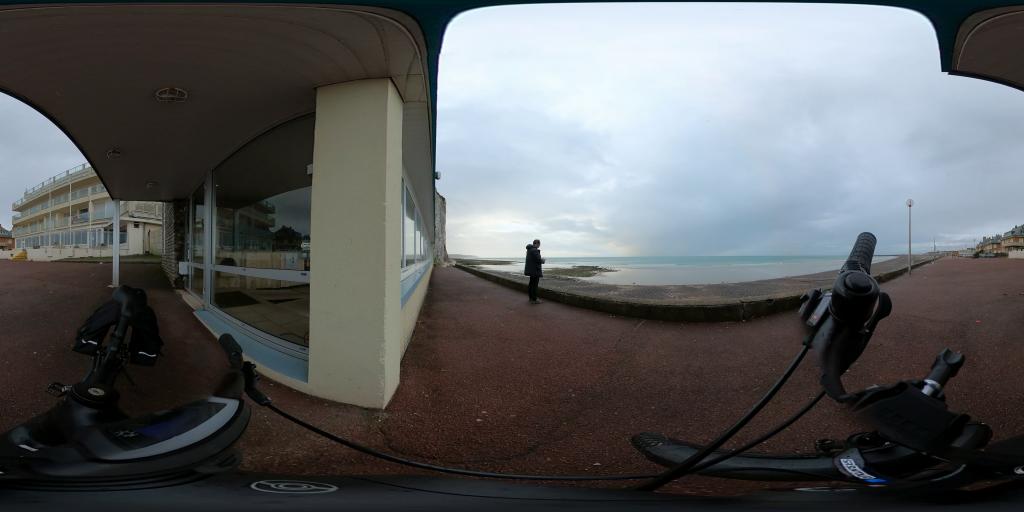Même sous la pluie je fais du vélo à Dieppe.