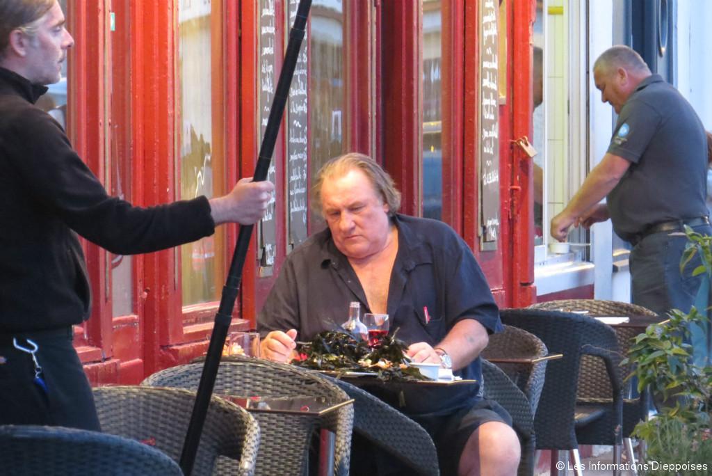 Gérard Depardieu à la terrasse du Turbot, à Dieppe.