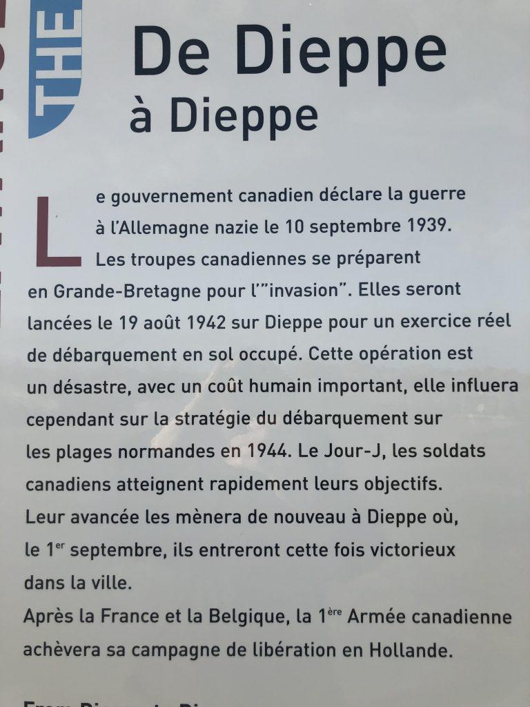 Face à la mer, plage de Courseulles-sur-mer, une stèle évoque Dieppe et le 19 Août 1942.