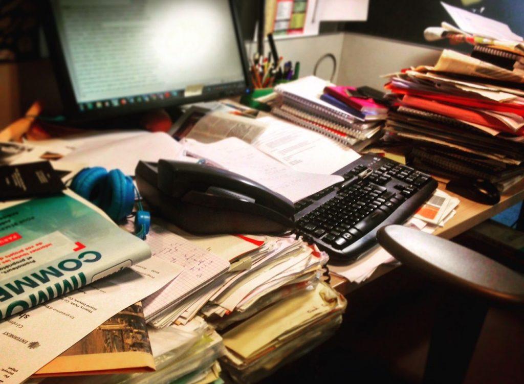 Le bazar sur un bureau
